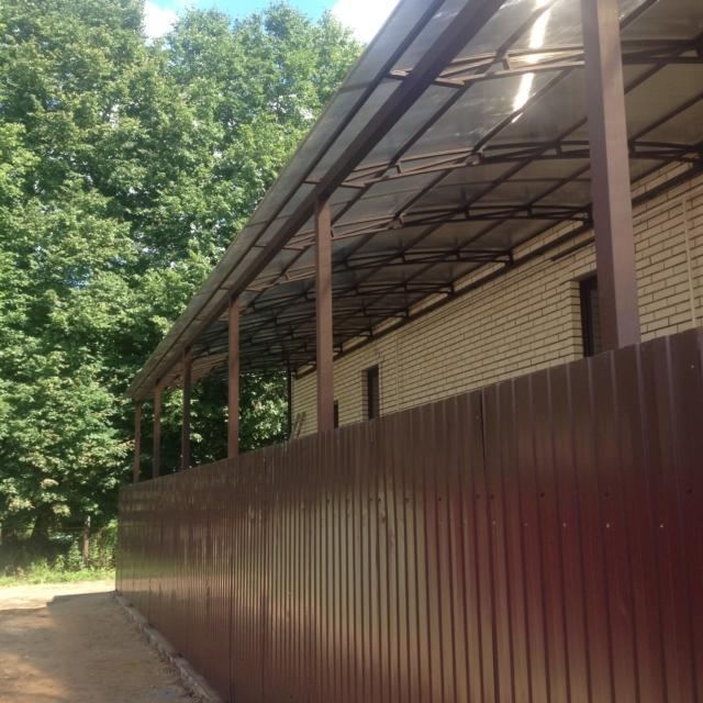 Крыльцо с навесом и забор