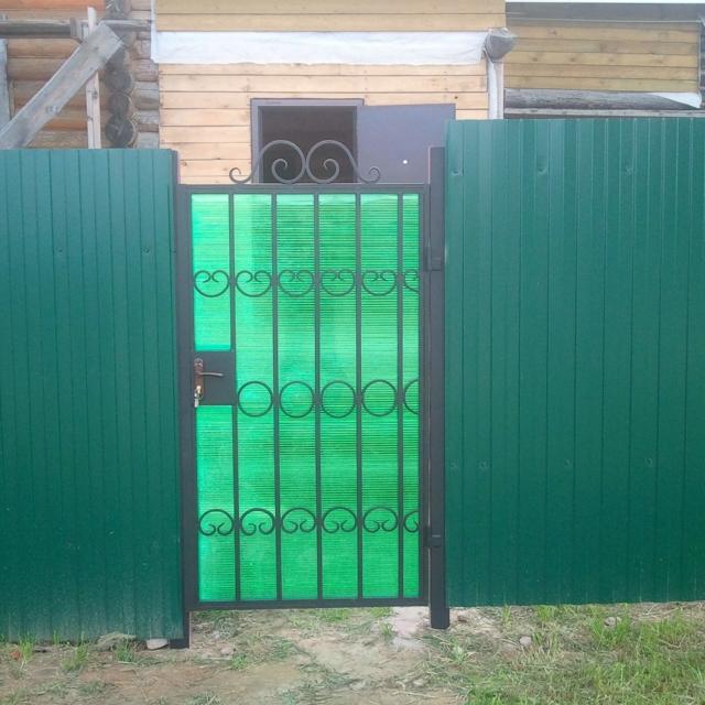 Забор и ворота из зеленого профлиста и поликарбоната