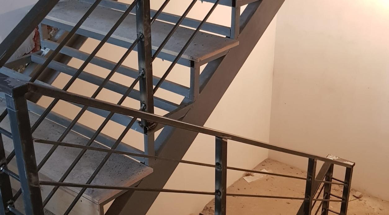 Межэтажная лестница для офисного здания