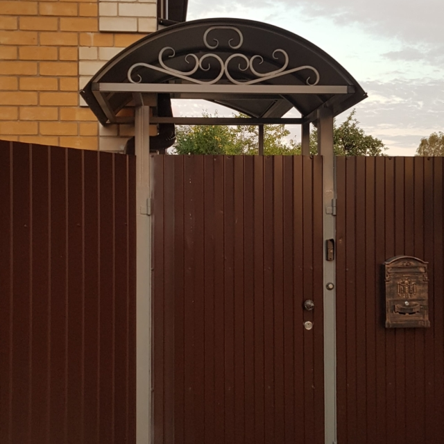 Забор и козырек над калиткой