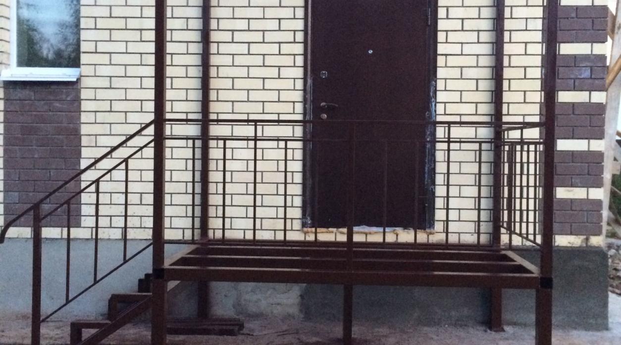 Крыльцо с лестницей